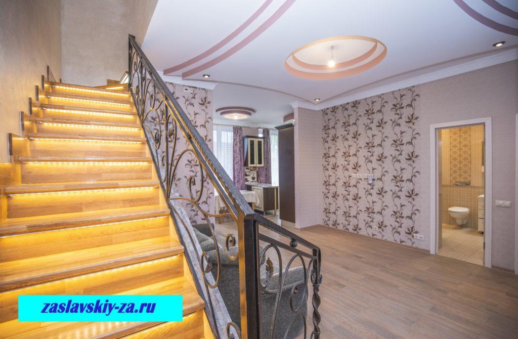 Гостиная таунхауса и лестница